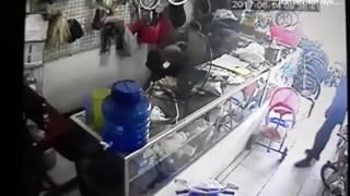 Anak Kecil Pencurian di Toko Sepeda Mlonggo Jepara Terekam CCTVKejadian pencurian ini tanggal 16 juni 2017, entah si pemilik toko sedang pergi kemana sehingga membiarkan toko sepeda ini tak terjaga sehingga si pencuri yg masih anak muda ini leluasa menguras uang sejumlah 12jt dari laci penyimpanan uang.