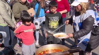 Miembros de diferentes organizaciones sociales protestaron en la capital argentina, el jueves, para denunciar el incremento de la pobreza en los barrios humildes de la ciudad y demandar una ley de emergencia alimentaria.