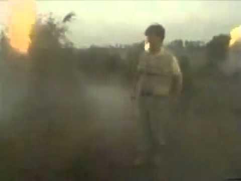 Un reportero lucha por terminar su emisión después de acercarse demasiado a una pila de drogas en llamas