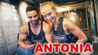 Antonia studiert und ist trotzdem sehr erfolgreich in ihrem Sport!Leidenschaft im Training und Magersucht als Auslöser für das Bodybuilding. Ein tolles Porträt und ein super Rückentraining im McFit.Antonia auf Instagram▶▶▶https://www.instagram.com/littletonia*MEIN PROTEINPULVER▶▶▶http://goo.gl/JUZZJX10% Rabatt Code bei Ironmaxx▶▶▶GOEERKI10*Meine Barboza Trainings Klamotten▶▶▶http://bit.ly/grkibrbzMein Video-Equipment:*Hauptkamera▶▶▶http://goo.gl/DfApBx*Premium Kamera für beste Bilder▶▶▶http://goo.gl/H62elI*Vlogging-Kamera▶▶▶http://goo.gl/I1PS53*Mikrofo▶▶▶http://goo.gl/jK4XmK*Für Action Aufnahmen▶▶▶http://goo.gl/bK9xza*Drohne▶▶▶http://goo.gl/5zD0iP*Das beste Objektiv▶▶▶http://goo.gl/Rk5P1FDie mit * gekennzeichneten Links sind Affiliate Links, die zum Partnerprogramm von Ironmaxx, Barboza und Amazon gehören. Solltet ihr etwas über diese Links kaufen, bekomme ich eine Vermittlungsprovision, natürlich ohne dass ihr dafür mehr bezahlen müsst.⎯⎯⎯⎯⎯⎯⎯⎯⎯⎯⎯⎯💁 Instagram: https://www.instagram.com/goeerki 👮🏻 Facebook: https://www.facebook.com/goeerki👻 Snapchat: goeerksen ▶▶▶Mein Individueller Trainingsplan: http://www.goeerki.de/Jetzt abonnieren: http://goo.gl/8FicukBesucht mich auch aufTwitter: http://goo.gl/SZDXM9Google+: http://goo.gl/yGHrpaMein Supplement-Shop: http://www.ironmaxx.de