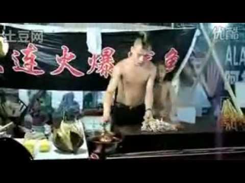 魷魚哥太專業了!烤魷魚 + 魷魚舞最後還看到…