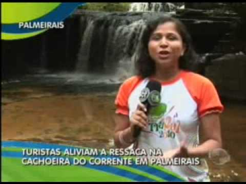 Turistas aliviam a ressaca na cachoeira do corrente em Palmeirais