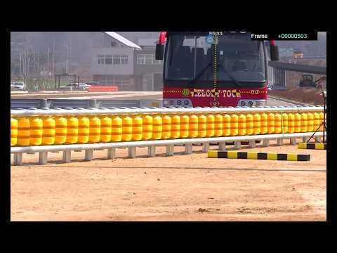 大家一開始看到這「黃色護欄」覺得很奇怪,但當你看到大卡車撞上去的畫面後就會求著台灣快引進!