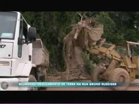 Blumenau: deslizamento de terra na Rua Bruno Ruediger