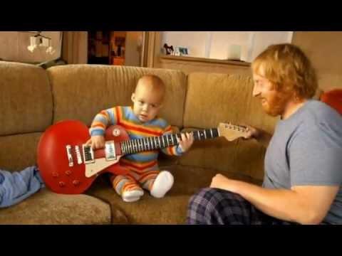 Em bé đánh guitar siêu đẳng