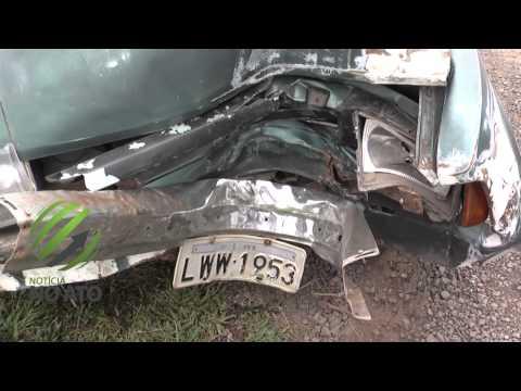 Motorista e passageiro ficam feridos após bater com o carro em um poste