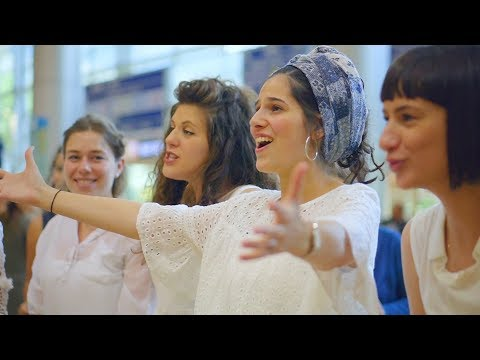 הבאנו שלום עליכם/ Hevenu Shalom Alehem /Jerusalem Academy flashmob for Taglit at Ben Gurion Airport