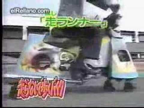 Japo friki maneja una moto con patas