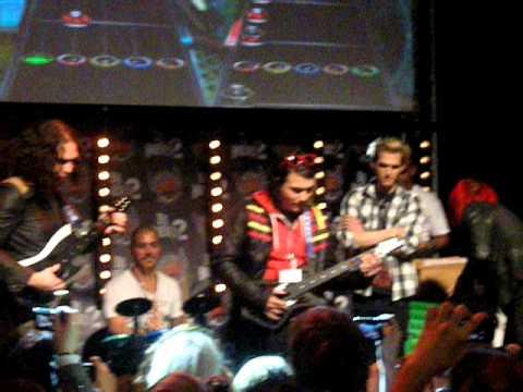 MCR jugando al Guitar Hero en Paris xD
