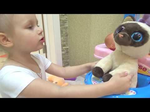 Алиса и котёнок Резиночка !!! Алиса ухаживает за котенком Alice is caring for a kitten (видео)