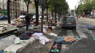 לפליטים שמציפים את פריז לא נותר מקום לישון, אפילו לא ברחוב