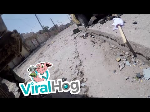 這名伊朗記者在戰場拿著GoPro進行實況報導的時候…突然一個畫面讓全世界都呆住了!