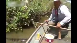 Идиоты на лодке дразнят анаконду