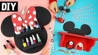Me acompanha também lá no Pinterest:http://bit.ly/danymartinesO vídeo de hoje tá bem legal! Eu e mais 4 canais de DIY ns unimos para trazer ideias com o tema Disney, e eu como amo o Mickey e a Minnie, trouxe ideias fofas pra decorar. Vamos aprender?🌟 Canais Participantes:Edu Wizardd:https://youtu.be/74nvD98v9PsGabi Grativol:https://youtu.be/jtfAFNNQHYAIsabelle Verona:https://youtu.be/tyieCeb_h_UTalitah Sampaio:https://youtu.be/CJgBwC4JHPsツ Você sabia que curtir o vídeo me ajuda muito? é assim que sei o quanto você gostou do vídeo e trago mais coisas parecidas.*******************************************************************➼ SEJA MEU AMIGO NAS REDES SOCIAIS E SAIBA DE VÁRIAS NOVIDADES:❥ Facebook: http://www.facebook.com/DanyMartinesDiY❥ Instagram: https://www.instagram.com/danymartines/❥ Pinterest: https://br.pinterest.com/danymartines❥ Snapchat: Dany.Martines❥ Twitter: DanyMartines📫  Caixa Postal 79595 CEP: 05181-971  São Paulo – SPღ Minha Coleção de Quadros: https://moldurapop.com/Dany_Martinesღ Loja: http://www.blackpanda.com.br*******************************************************************☞ Link para Download do Molde:❧ Google Drive: https://goo.gl/LQ3Qcw❧ Álbum na FanPage:  https://goo.gl/FD9qMC❧ Álbum no Pinterest: https://goo.gl/GK1cip ✂ ✂ ✂ Material Necessário: DIY 1 - Prateleira do Mickey➺  Papel Pluma➺  E.V.A. vermelho e branco➺  Cola de silicone quente e fria➺  Estilete, tesoura➺  fita dupla face de forte fixaçãoDIY 2 - Mason Jar do Mickey➺  Mason Jar➺  Tinta Spray preta e vermelha➺  Fita crepe➺  tinta pva branca➺  Verniz para vidro➺  E.V.A. de 5mm preto➺  Cola instantânea➺  CanudoDIY 3 - Porta esmaltes da Minnie➺  Isopor➺  Papel Pluma preto➺  Cola de silicone fria e quente➺  Estilete, tesoura➺  Color Set vermelho e branco➺  E.V.A. preto🌟 Espero que tenha gostado do vídeo, e não esqueça de deixar um comentário aqui embaixo, eu quero saber a sua opinião! Vejo você por aqui ou pelas Redes Sociais, me segue lá! Eu amo todos vocês! 💕Um Beijo pra todo mu