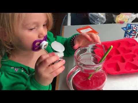 Lille pige laver sæbe