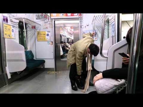Drunk japanese guy slipping in his own puke (видео)
