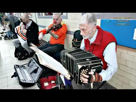 Artistas callejeros de tango en el subte de Buenos Aires