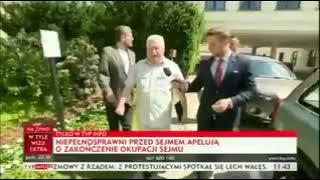 Wałęsa odtrąca mikrofon dziennikarza TVP Info.  Wolność,Równość,Demokracja.