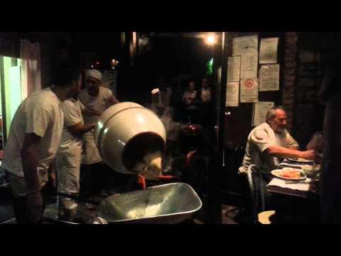 il risotto del muratore: cucinato in betoniera e servito in carriola!