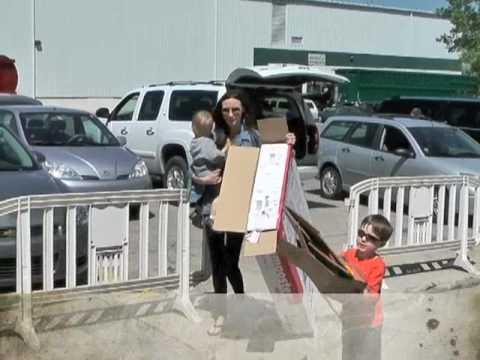 With kids at Recycling Center – ElizabethsKindCafe.com
