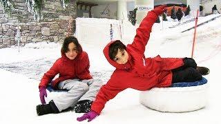 Oyuncak Abi Vlog videolarında bugün Kerem ve Melisa ile birlikte Snowpark Kar Pistindeyiz. Abone Ol:  http://goo.gl/ovvSrEDiğer Benzer Vlog Videoları :Alışveriş Yarışması Toyzzshop Torium Mağazasındayızhttps://www.youtube.com/watch?v=pA1ZyR43M-ALunaparkta Oyun Oynuyoruz  Gondol DEV Salıncak Tren Çarpışan Arabahttps://www.youtube.com/watch?v=YM7PMDKqgv4Komikli İlginç Tişört Dükkanını Gezdikhttps://www.youtube.com/watch?v=LCikQ0KmibgHavuzu Patlattık Tekrar Dolduruyoruz Canlı Yayınhttps://www.youtube.com/watch?v=E4V8utN6FSEBahçede Yaralı Serçe Bulduk  Yapboz Seksek Oynuyoruz  Oyuncak Abi Vloghttps://www.youtube.com/watch?v=yYFVZSL7XT8Toyzz Shop İstinye Park Mağazasındayız Oyuncak Hediyeli Vloghttps://www.youtube.com/watch?v=qrJeCURydhIFun Time Eğlence Merkezindeyiz Canlı Vloghttps://www.youtube.com/watch?v=5jQzUNKuPn4Havuzda Su Savaşı Mert Geri Döndü Canlı Vloghttps://www.youtube.com/watch?v=AFdwmMhAu6cOyuncak Abi kanalında çocuklar için en güzel sürpriz yumurta açma videoları, oyuncak arabalar, oyun setleri, lego videoları, çöps çetesi,  minecraft oyuncakları ve çok daha fazlası seni bekliyor.  Kanalımda birlikte oyuncakların paketlerini açıp oyuncak özelliklerini test edip oyun oynayacağız.Oyuncak Abi takip adresleri : Web Sitesi : http://www.oyuncakabi.comBlog : http://oyuncakabi.blogspot.com.trGoogle + Plus Sayfası: https://plus.google.com/+OyuncakAbiFacebook : https://www.facebook.com/OyuncakAbiTwitter : https://twitter.com/OyuncakAbi