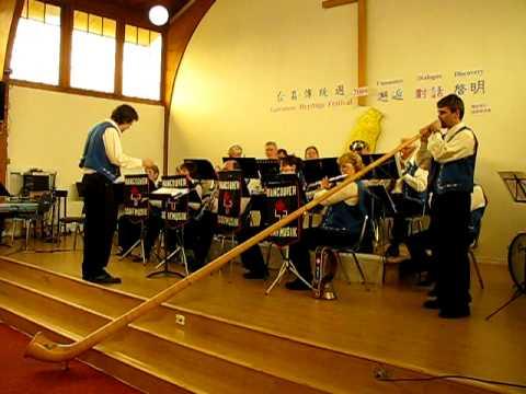 Mit em Alphorn duere Jura Vancouver Dorfmusik