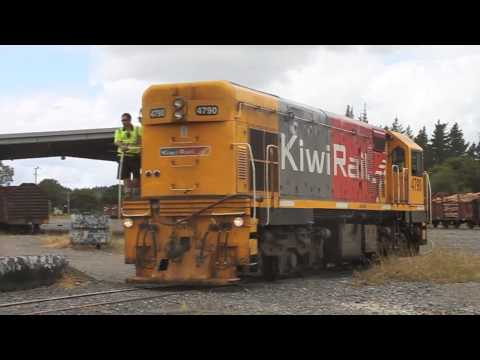 Rerailing KiwiRail DCP4830 and the turning of DC4790 on the Otiria Triangle