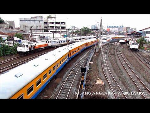 Keramaian Lalu Lintas Kereta Api di Stasiun Jatinegara