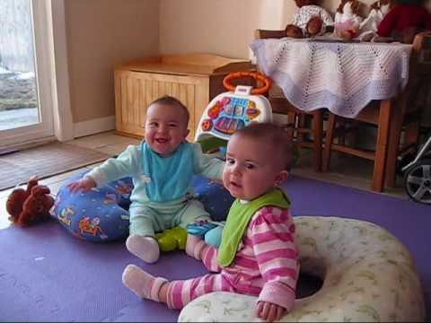看到爸爸下班回家,雙胞胎寶寶的表情立刻從陰晴轉成眉開眼笑...媽媽表示:好羨慕啊~