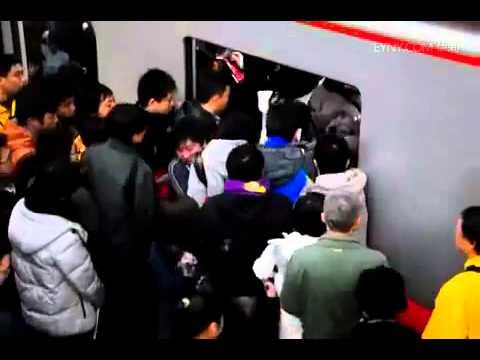 注意黃領男子,奇蹟般被擠回去了!不知道他下一站能下車嗎?