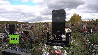 Una mujer es enterrada bajo una lápida en forma de iPhone gigante