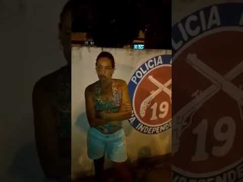 Mulher pousa na foto em cima de viatura em Tubarão no Subúrbio e foto circula nas redes sociais