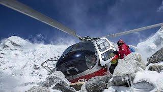 Everest eteklerinde mahsur kalan dağcılar kurtarıldı