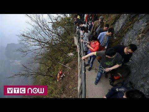 Trung Quốc: Người đàn ông chuyên dọn rác trên vách núi - Thời lượng: 70 giây.