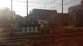 Nos montamos en el tren que comunica Bruselas con Brujas. Bonitas vistas desde una ventana mientras el sol nos muestra una bonita estampa en entre ambas ciudades Belgas.