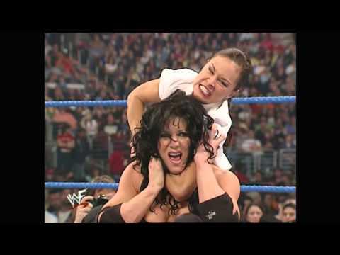 Chyna (Rip)  la famosa luchadora de la wwe una de sus famosas peleas