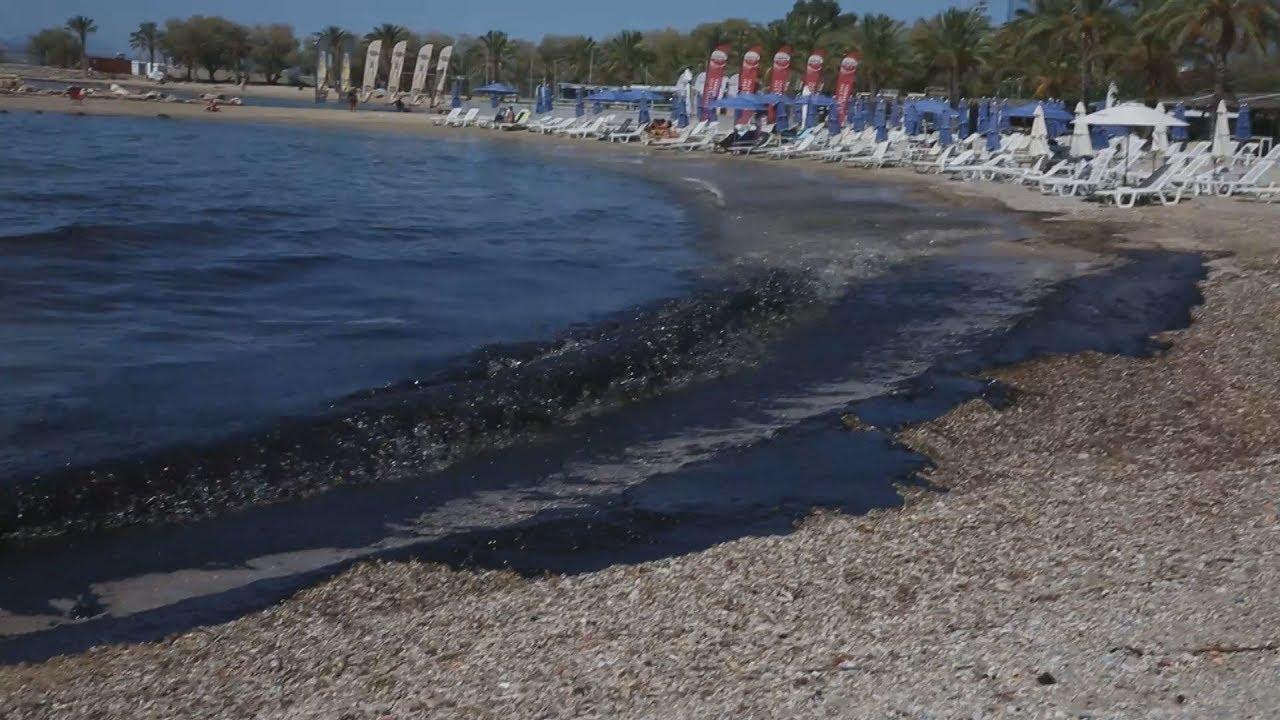 Στη Δημοτική πλάζ Ελληνικού η πετρελαιοκηλίδα από το ναυάγιο του δεξαμενόπλοιου