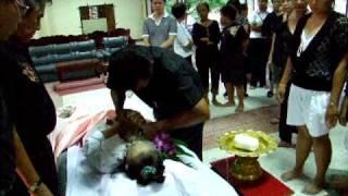 พิธีการมัดตราสังข์ศพก่อนใส่โลงศพ