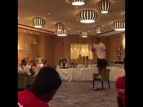 Ο Λάζαρος Χριστοδουλόπουλος τραγουδάει τον ύμνο του Ολυμπιακού