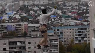 В Барнауле экстремал прошёл по стропе между двумя 16-этажными зданиями