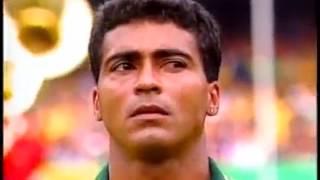 """Repostagem de trecho do documentário do SporTV, """"Brasileirão, o Mundo e a Bola"""", que mostra ALGUNS dos fatos históricos do Brasil e do mundo, e do mundo dos esportes, ocorridos em 1993.  Inclui:1) No mundo do esporte:- Romário tem apresentação de gala no Maracanã contra o Uruguai e Brasil se classifica para a Copa do Mundo de 94;- Palmeiras de Edumundo e Vanderlei Luxembrugo vence o VItória de Alex Alves e Dida, conquistando mais um campeonato do Brasileirão;- Cruzeiro vence o Grêmio e conquista mais uma Copa do Brasil;- São Paulo FC de Telê Santana vence o bi da Libertadores sobre o Universidad do Chile e o bi do Mundial interclubes sobre o Milan da Itália;- Jogo de despedida de Roberto Dinamite com Zico vestindo a camisa do Vasco;- O fenômeno Ronaldinho (Ronaldo) aos 16 anos e o famoso gol contra o experiente Rodolfo Rodríguez (Cruzeiro x Bahia);- Aryton Senna na Fórmula 1.2) Na política, cultura e sociedade:- Plebiscito Monarquia x República e Parlamentarismo x Presidencialismo;- Escândalo e a CPI dos Anões do Orçamento;- Nobel da Paz para Nelson Mandela;- Salgueiro vence o Carnaval carioca após longo jejum.Relembre alguns dos destaques de 1992:https://www.youtube.com/watch?v=mugk4yNrot0Relembre alguns dos destaques de 1994:https://www.youtube.com/watch?v=HOujMNIQn3s"""