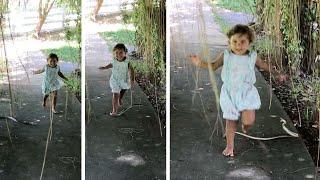 Dziewczynka nadepnęła na węża biegnąc do mamy.