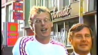 Die Bevölkerung in Witten grüßt die Weltmeister 1983 bei einem Autokorso durch die Innenstadt. Bürgermeister Friedhelm Trepper und Stadtdirektor Reinhard Wiederholt gratulieren mit Blumen.