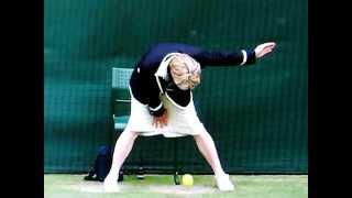 """Trọng tài biên tennis """"đẻ trứng"""" trên sân :))"""