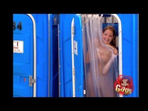 美女竟然在流動廁所裡洗澡!