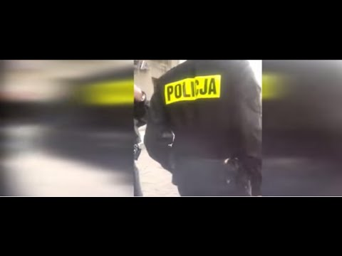 Facet na ulicy upokarza dwóch policjantów – nie wytrzymali, uciekli do radiowozu…