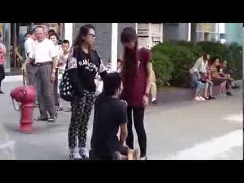 [Clip] Cô gái trẻ quát mắng, tát bạn trai liên tiếp
