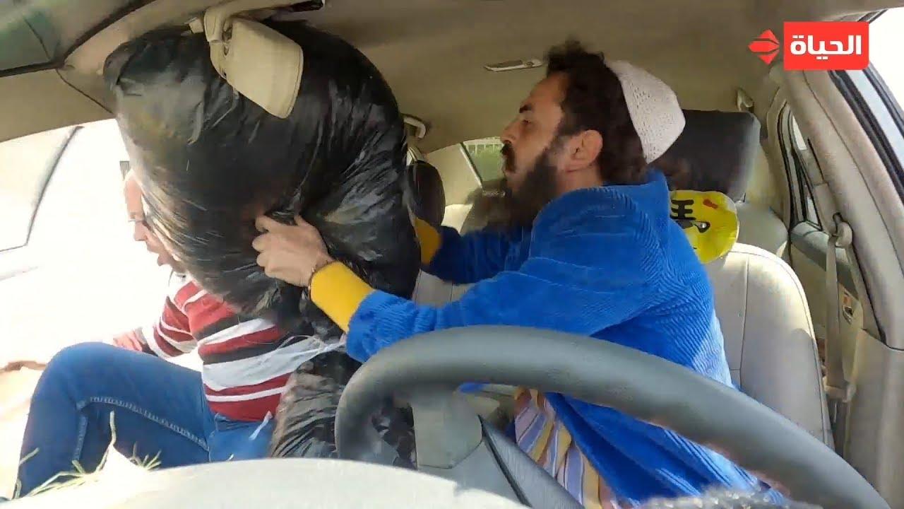 """كريزي تاكسي - السواق عرض عليه يشتغل معاه في """"فرز الزبالة"""" ولما رفض رمى """"الزبالة"""" عليه"""