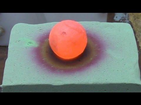 將一顆炙熱的鎳球放在花卉海綿上,第20秒的一瞬間竟然讓人全身酥麻...太像特效了!