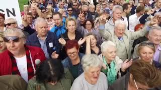 Mieszkańcy Szczecina śpiewają sto lat Lechowi Wałęsie. Piękne!